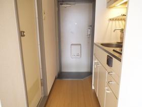 キッチンと玄関です。