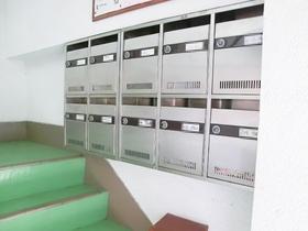 1階に郵便ポストがございます