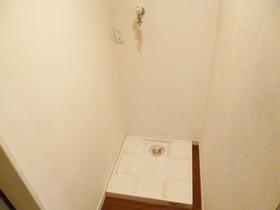 玄関横に室内洗濯機置場がございます☆