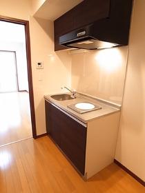 IHクッキングヒーターのキッチンはまな板スペースも。
