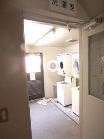 共有の施設内コインランドリー(洗濯機:200円/1回・乾燥機:100円/30分)