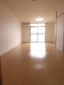 お部屋が広いので大きな家具も入りますね♪