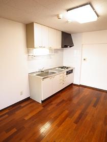 ブラウンの床が白いシステムキッチンにピッタリです!
