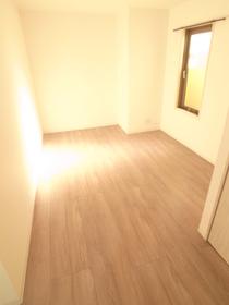 こちらのお部屋は大きな窓が明るく採光