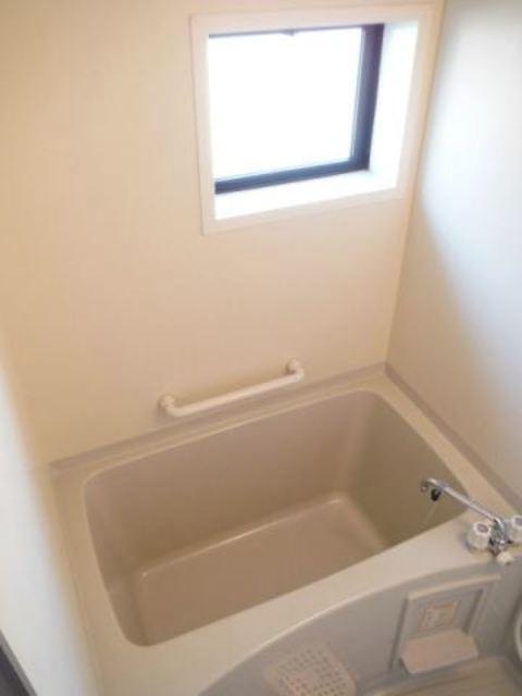 お風呂は窓付きで換気もバッチリ