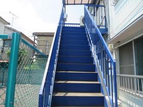 上階につながる階段です☆