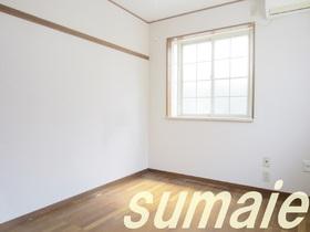 気持ちの良い陽のあたる洋室です