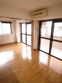窓が大きくてとても明るいお部屋です!