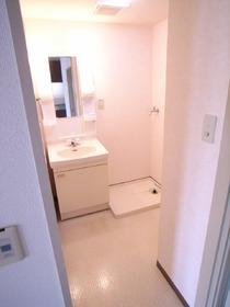 ゆとりある脱衣スペース!便利な独立洗面台付きです!