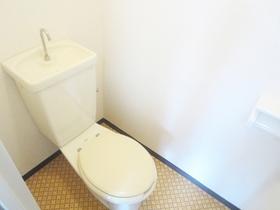 窓付きの綺麗なトイレです♪