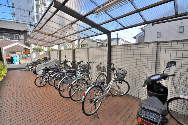屋根付きの駐輪場は大切な自転車を雨から守ってくれます。