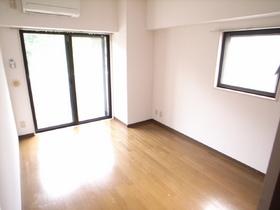 今回は角部屋のお部屋ではないので、横窓無いです