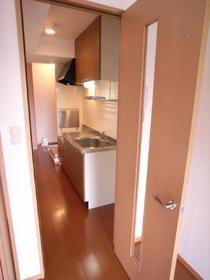 玄関キッチンとお部屋はドアで間仕切り。