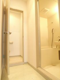 バスルーム前にはしっかりと脱衣スペースも確保!