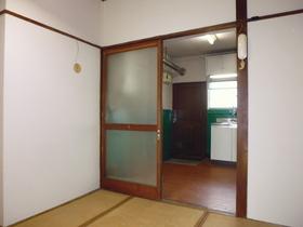 白壁で清潔感あるお部屋です。