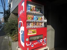 エントランス入口に自動販売機があります☆