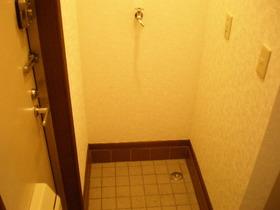 玄関入ってすぐ!室内洗濯機置き場があります♪