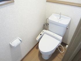 清潔感のある淡いブルーのトイレ!