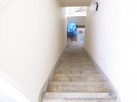 1階への階段です☆