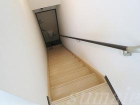 お部屋上がる階段です★