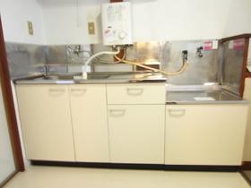 作業スペースもある広々キッチンです。