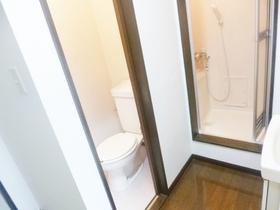 お風呂とトイレが見えます☆その脇に洗面所もあります☆