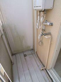 洗濯機置き場はバルコニーでお部屋が広く使えます!