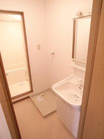 ゆとりある脱衣スペース♪便利な洗面台もありますよ!