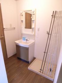 便利な独立洗面台♪ゆとりある脱衣スペースですよ!