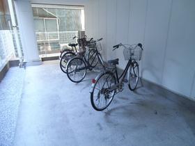 建物一階部分に駐輪場あります