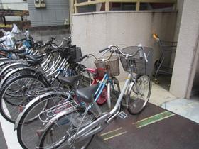 敷地脇に自転車置くスペースございます。