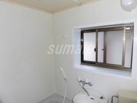 バスルームに窓もございます!!