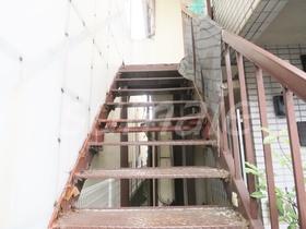 お部屋へ上がる階段です☆
