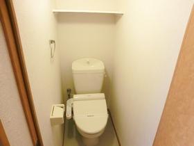 トイレにも棚が付いてます☆