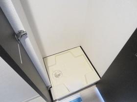 洗濯機置場は扉で隠せるタイプ!