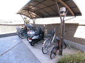 敷地内に屋根付き駐輪場あり!
