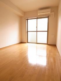 大きな窓がお部屋を明るく照らしてくれます!