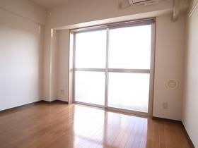 大きな窓がお部屋を明るく演出☆