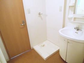 洗面台の横には洗濯機置き場がございます!