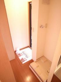 玄関先には下駄箱と洗濯機置き場。