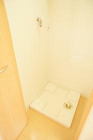 http://image.rentersnet.jp/311b248b-3543-437e-8938-eb7157c7b2e4_property_picture_962_large.jpg_cap_玄関横にある、室内洗濯機置場