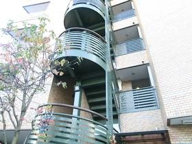 鮮やかな色のオシャレな階段♪