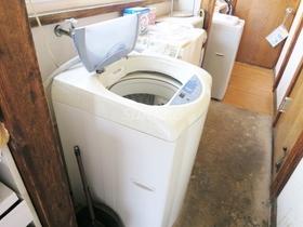 玄関前に洗濯機置場あります♪