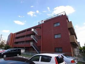 赤いタイル張りのマンションです
