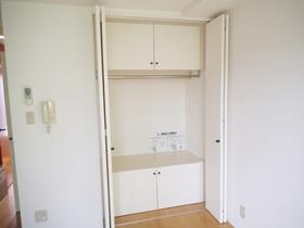 居室内に広めの収納スペースあります♪