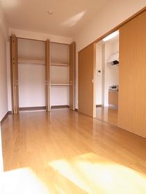 収納も壁一面で使いやすいクローゼット。