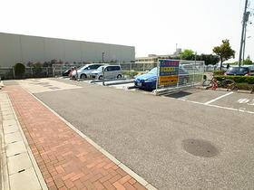 駐車場スペース広々ですね