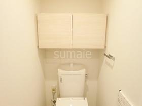 トイレ上部には収納があり棚にもなります♪