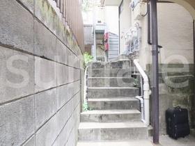 建物手前に階段があります!
