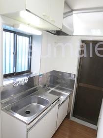キッチンは窓付きでガスコンロで2口設置可です☆